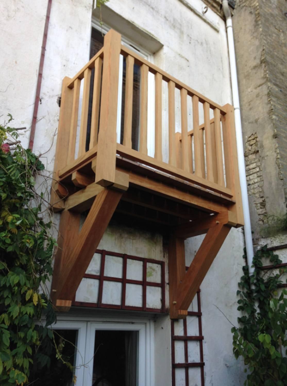 la charpente au service du balcon en bois charpentier en. Black Bedroom Furniture Sets. Home Design Ideas